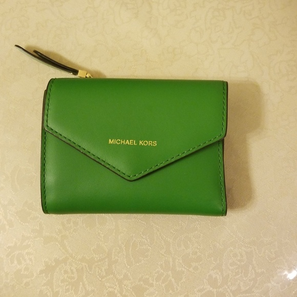 a2165bff8b57 Michael Kors Jet Set Small Leather Envelope Wallet.  M 5b667fa6a5d7c6e35672d0e4